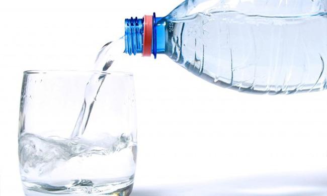 Nhiều người đang dùng nước uống đóng chai mà không hề biết gì về nó