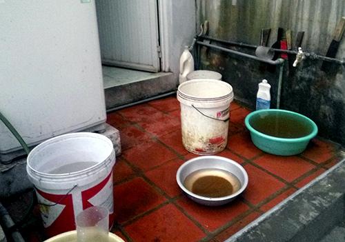 Người dân ở khu vực Hà Nội gặp phải tình trạng sử dụng nước có màu gạch cua