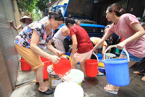 Tình trạng thiếu nước sinh hoạt vào mùa khô đang khiến người dân lo lắng